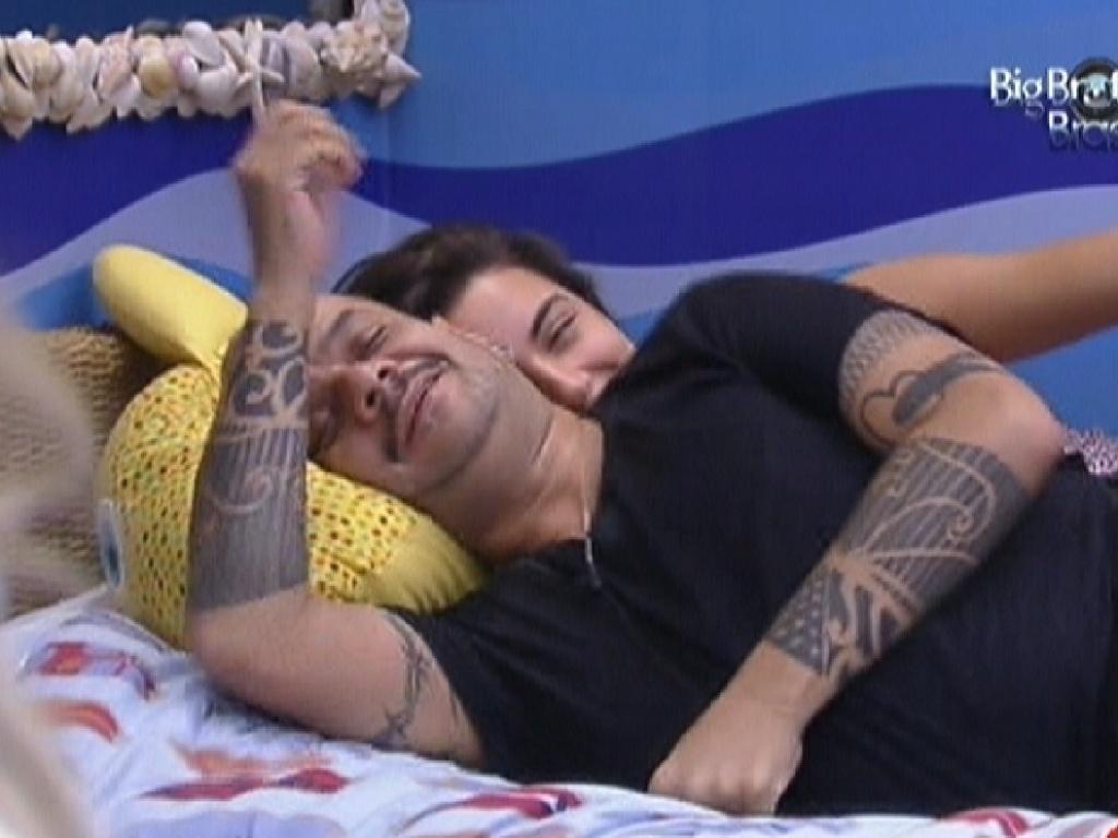Laisa se deita com João Carvalho e reclama de carência (3/2/2012)