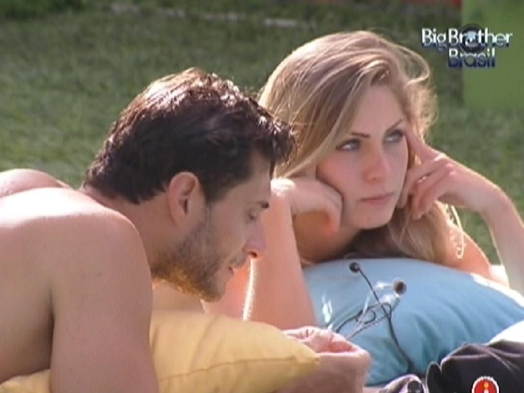 Ronaldo conversa com a líder Renata sobre suas opções de voto no próximo paredão (3/2/2012)
