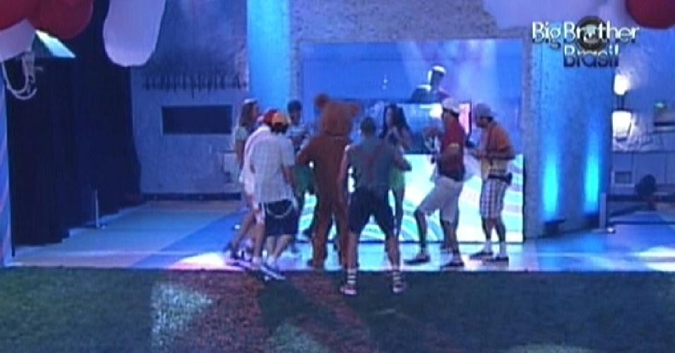 Ao som de músicas dos anos 80, brothers dançam com o urso na festa