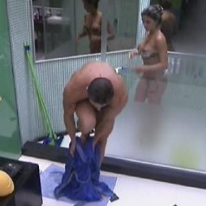 Após tomarem banho juntos, Jonas e Laisa saem do banheiro (4/2/12)