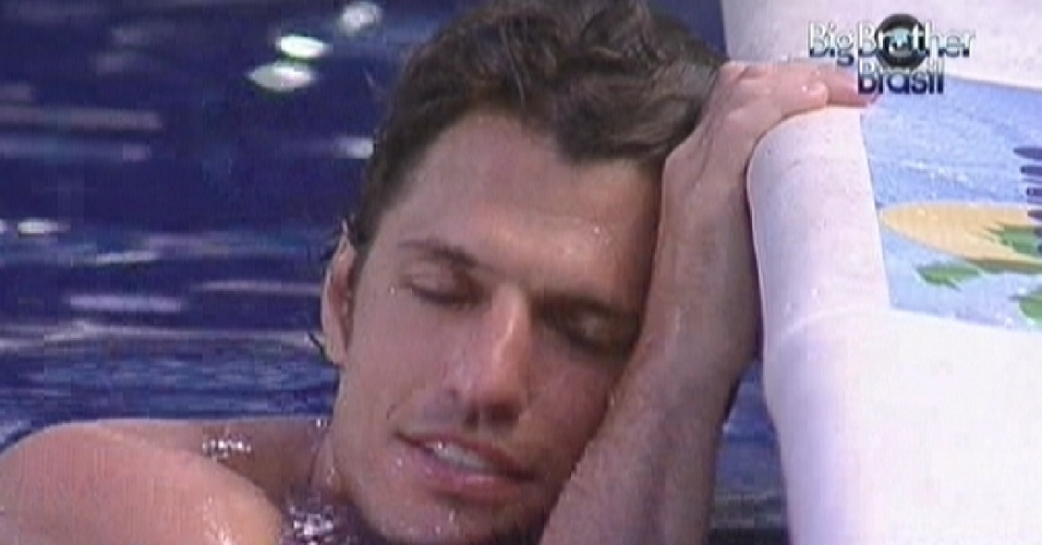 João Maurício relaxa na piscina (4/2/12)