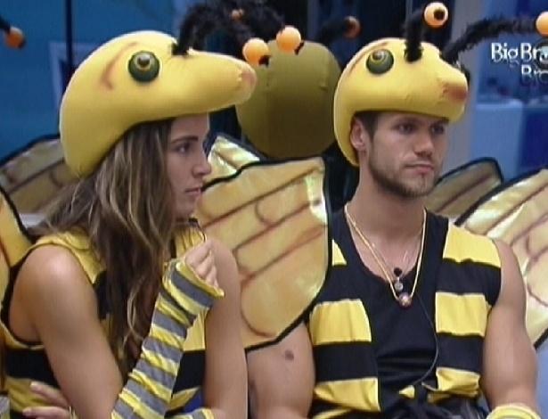 Laisa e Jonas se vestem de abelha para castigo do monstro (4/2/2012)