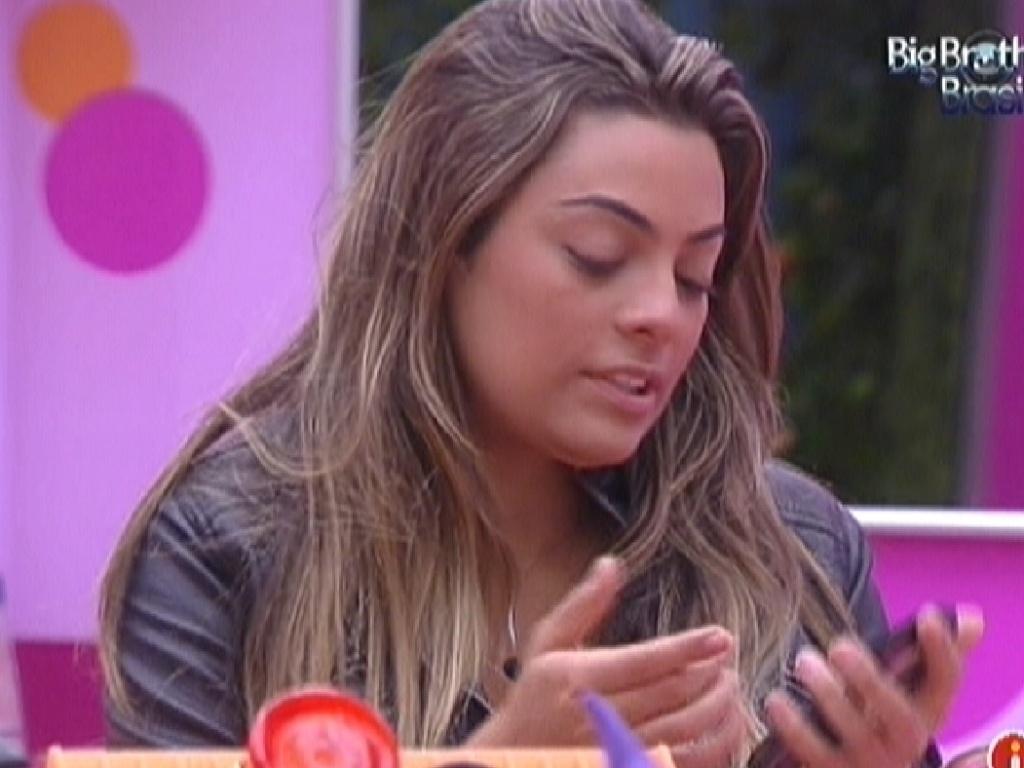 Monique passa maquiagem na cozinha da casa (4/2/2012)