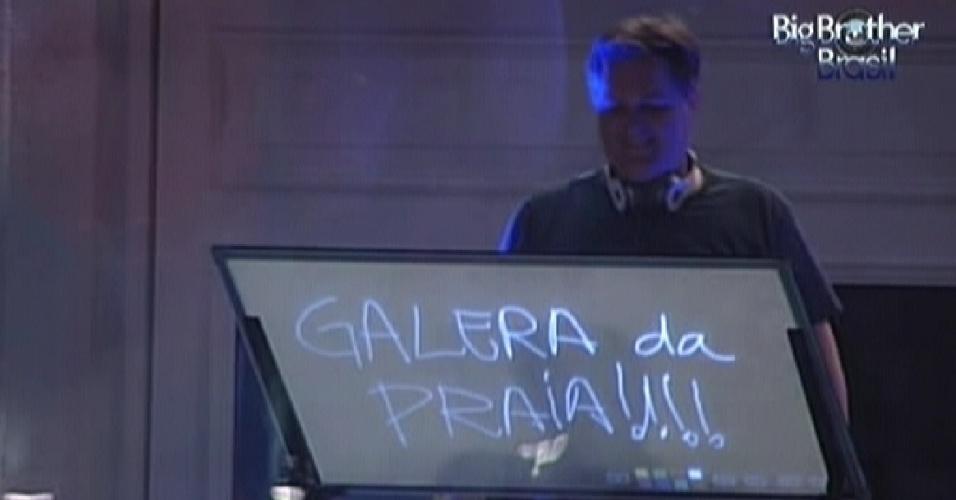 Para os integrantes do quarto Praia, o DJ Andre Werneck toca