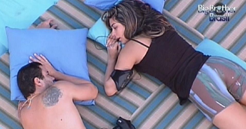 Rafa e Monique conversam sobre votos no futon azul (4/2/12)