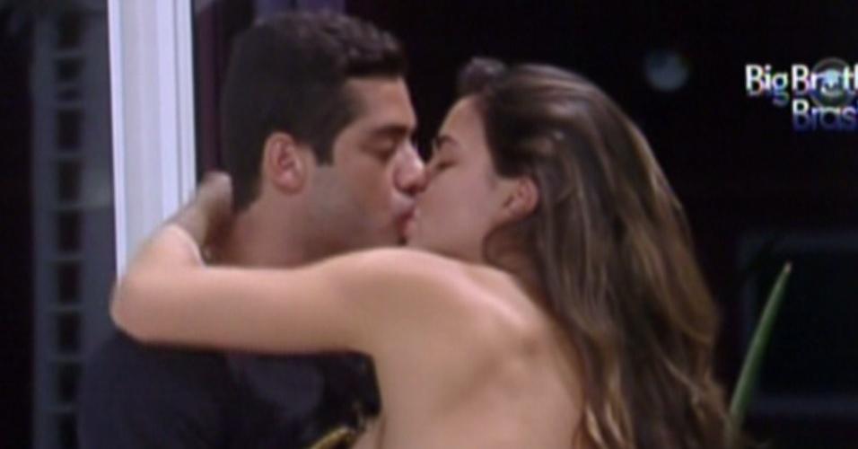 Yuri e Laisa se beijam após conversa (3/2/12)