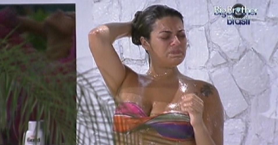 Após discussão com Ronaldo, Monique chora tomando banho (5/2/12)