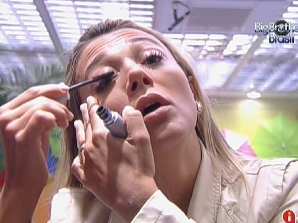 Fabiana se maquia na manhã deste domingo (5/2/2012)