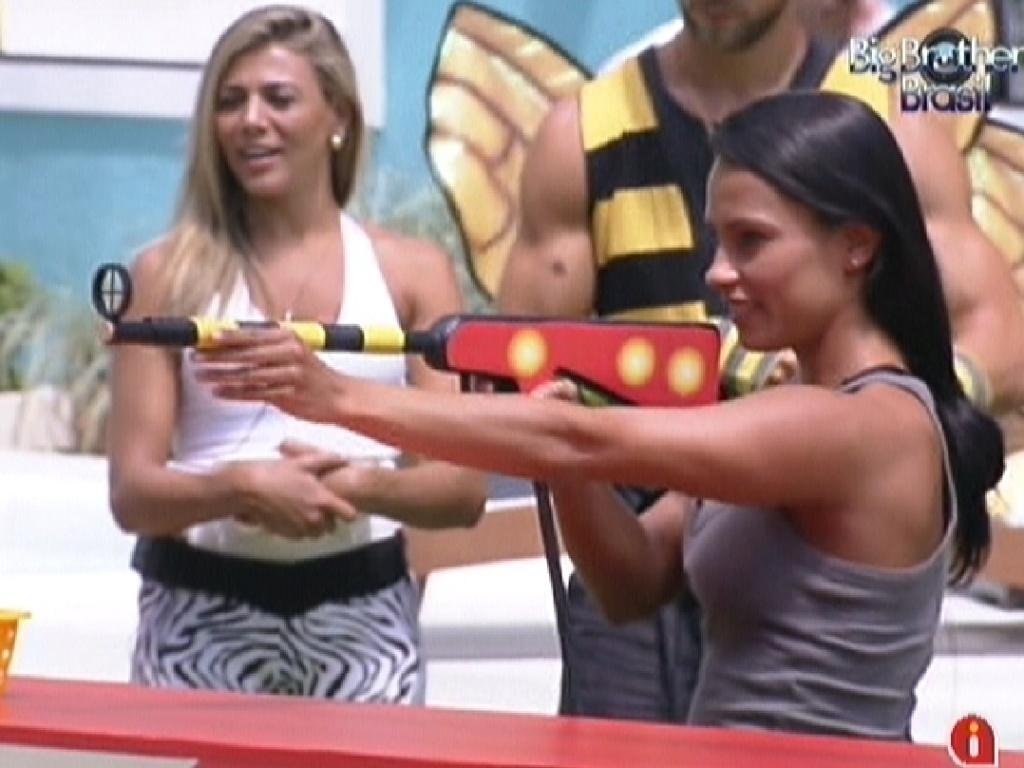 Kelly estica o braço buscando uma melhor precisão para atirar (5/2/2012)