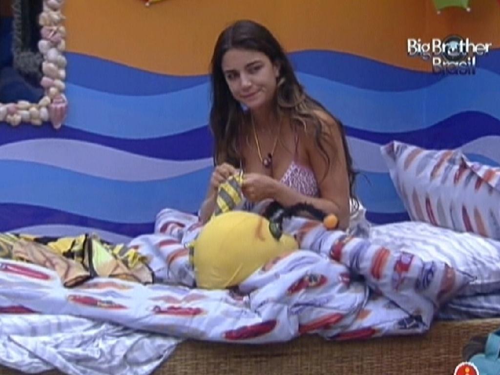 Laisa coloca a roupa de abelha ao acordar neste domingo (5/2/2012)