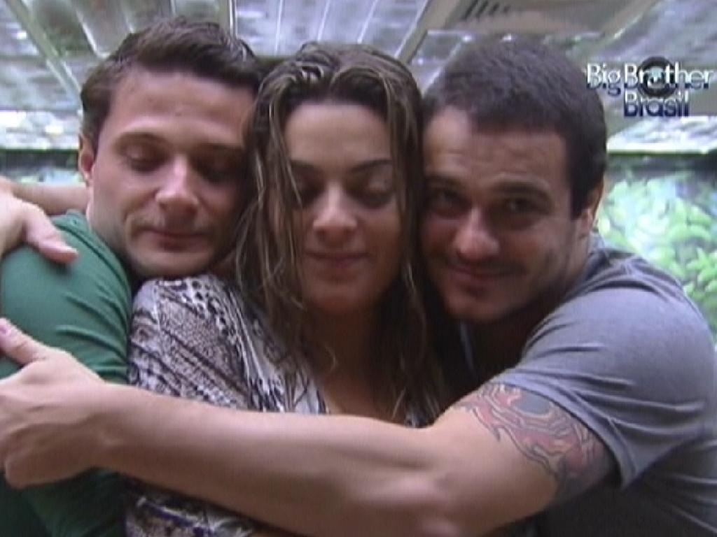 Monique recebe abraço de Ronaldo (esq.) e Rafa (dir.) (5/2/12)