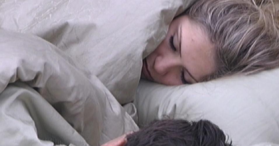 Renata e Ronaldo conversam no quarto do líder sobre o voto da líder (5/3/2012)
