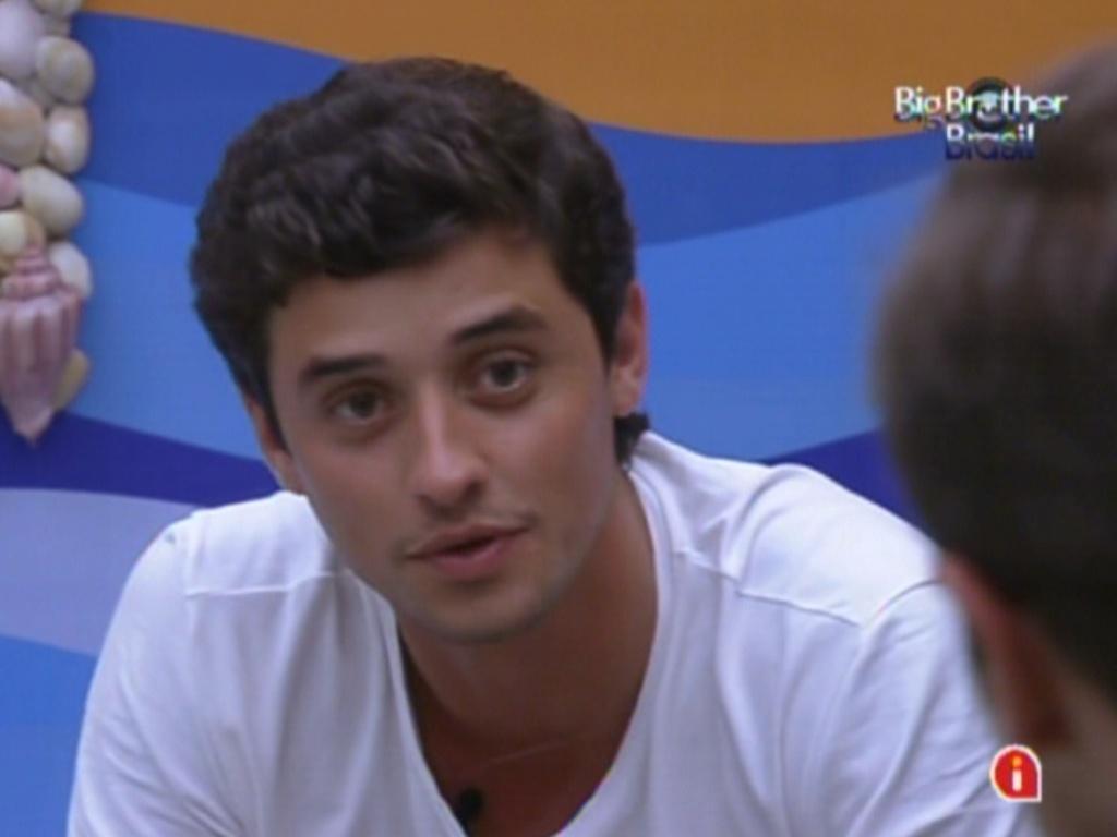 Fael conversa com Jonas (dir.) sobre Rafa no quarto Praia (6/2/12)