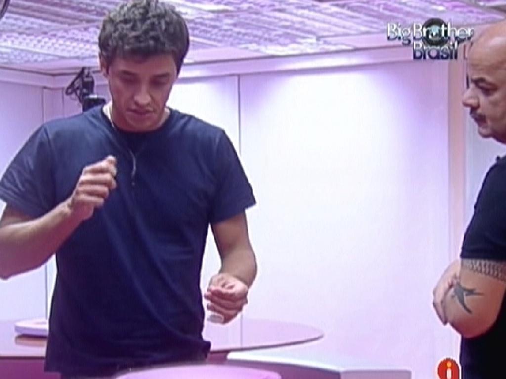 Fael explica para João Carvalho como cortou o dedo e teve que dar dois pontos (6/2/2012)
