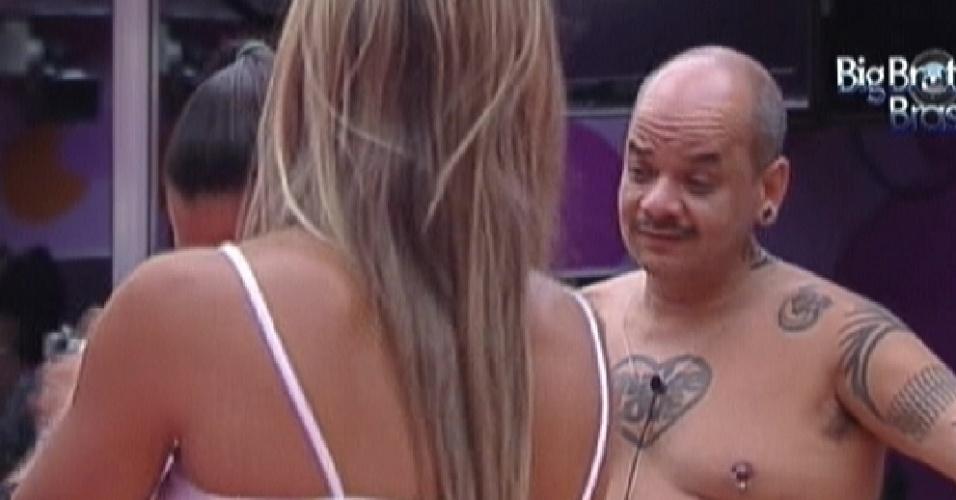 João Carvalho brinca que pode pegar uma das sisters por estar