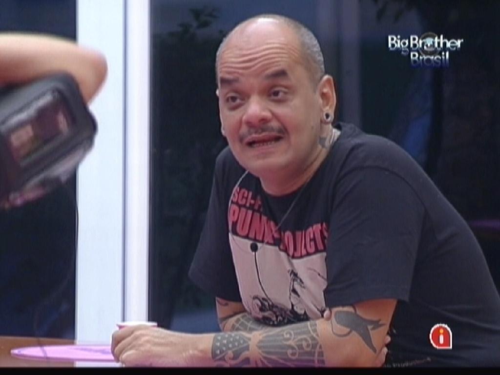 João Carvalho faz elogios à beleza de Laisa na cozinha (6/2/12)