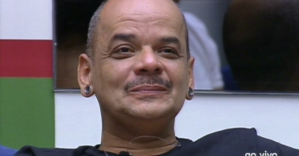 João Carvalho mostra seu contentamento após Bial comentar que o preço do cigarro abaixo nesta semana, dentro da casa (6/2/12)