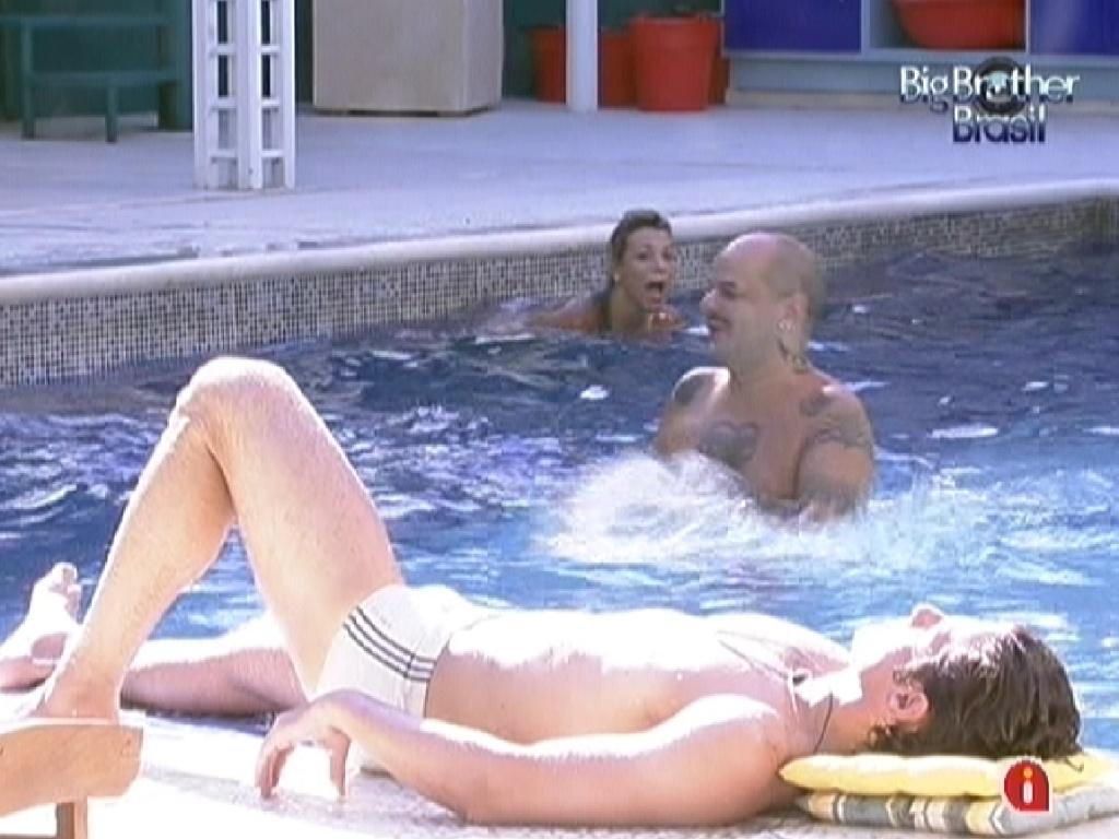 João Maurício toma sol enquanto brothers brincam de pega-pega na piscina (6/2/12)