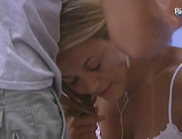 Jonas empresta corrente da sorte para Fabiana; é a mesma que ele emprestou para Fael quando ele voltou do paredão (6/2/2012)