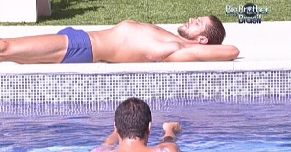 Jonas toma sol enquanto Rafa mergulha na piscina (6/2/12)