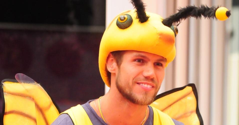 Jonas, vestido de abelha por causa do castigo de monstro, aguarda início da votação (5/2/2012)