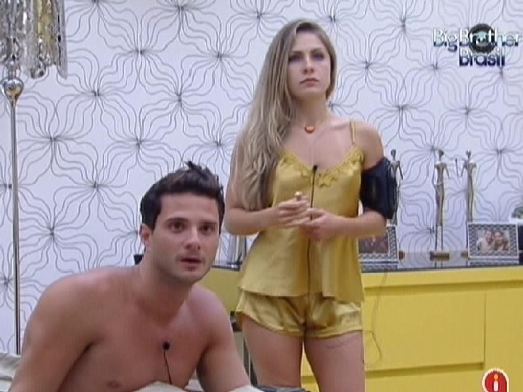Ronaldo e Renata acordam no quarto do líder (6/2/2012)