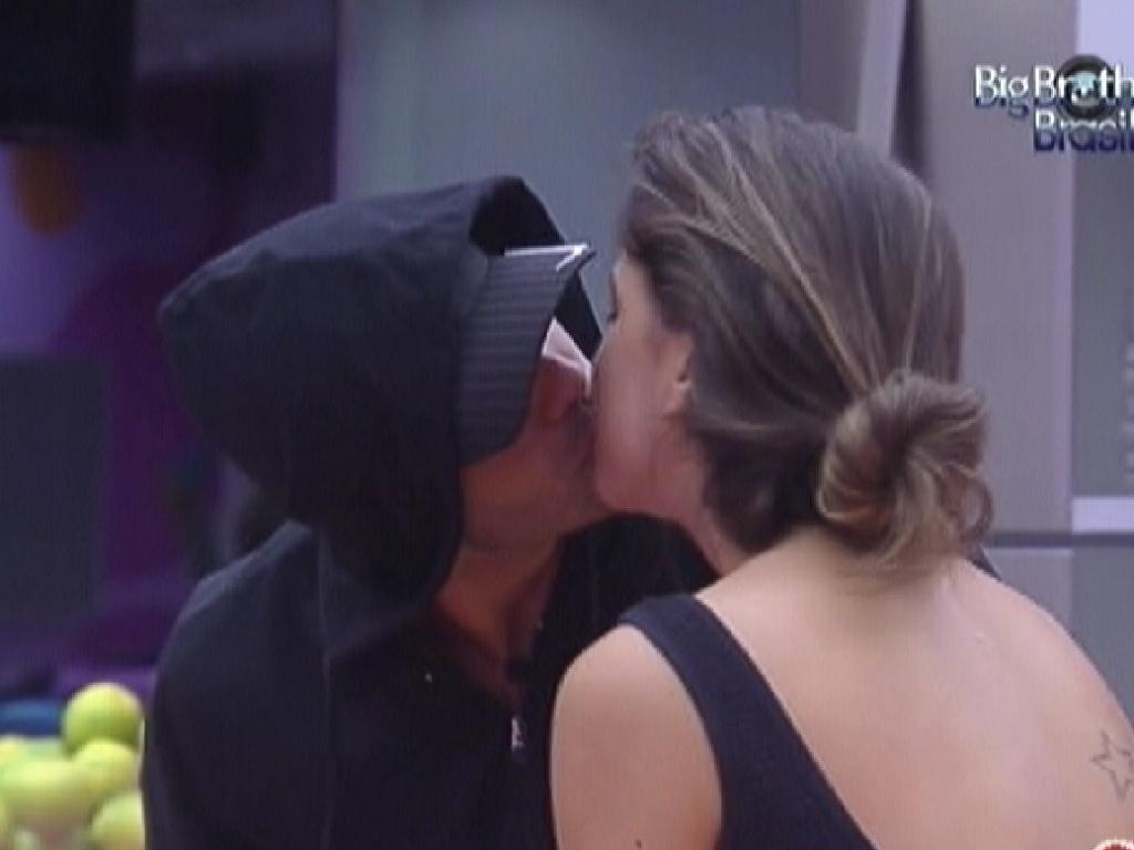 Yuri dá beijo em Laisa na cozinha (6/2/2012)