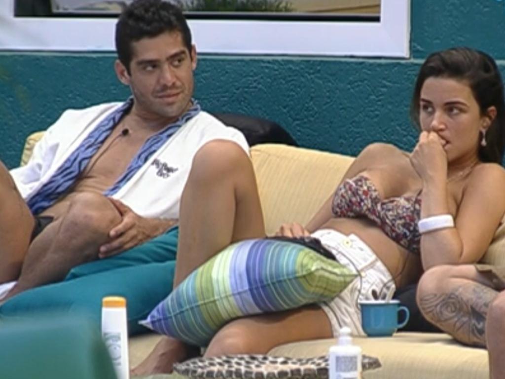 Yuri relata a briga entre Fabiana e Ronaldo para Laisa e João Carvalho (6/2/12)