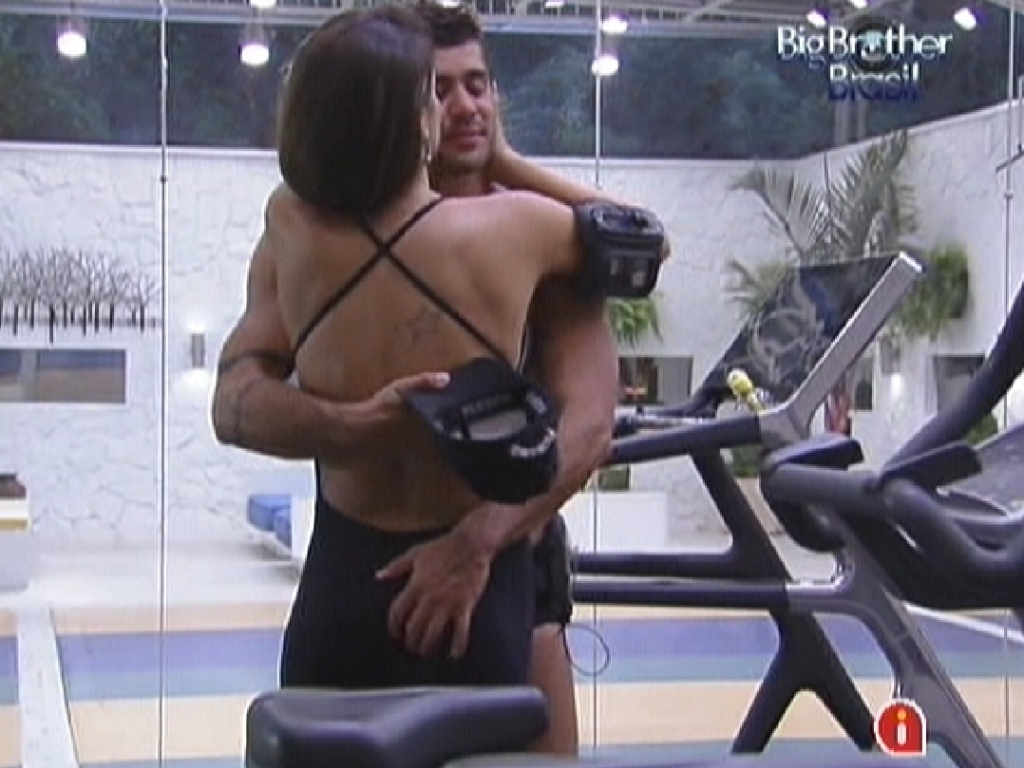 Yuri e Laisa se beijam na academia (6/2/12)