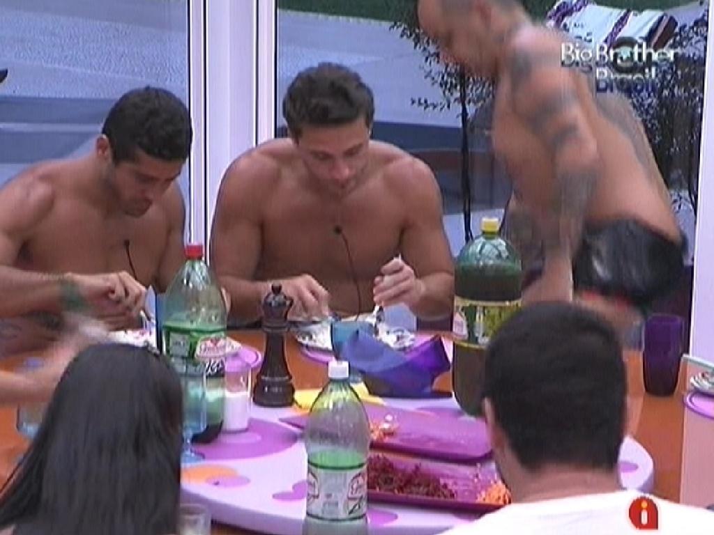 Brothers almoçam reunidos. Cardápio do dia teve picanha assada prepareda por João Carvalho (7/2/12)