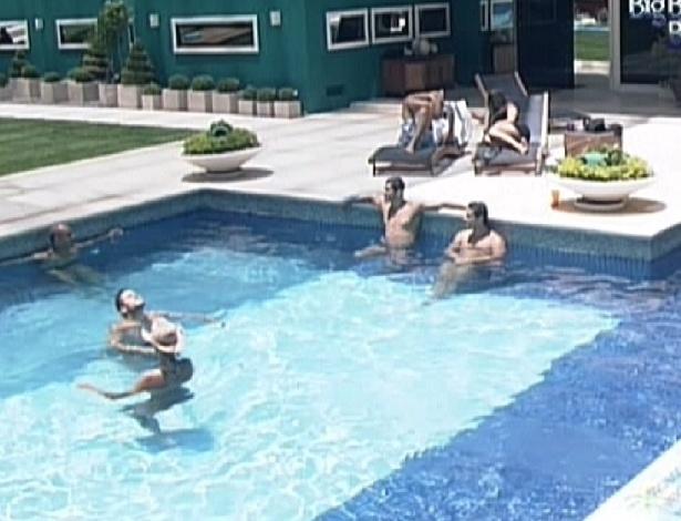 Brothers aproveitam início da tarde para ficar na piscina (7/2/12)