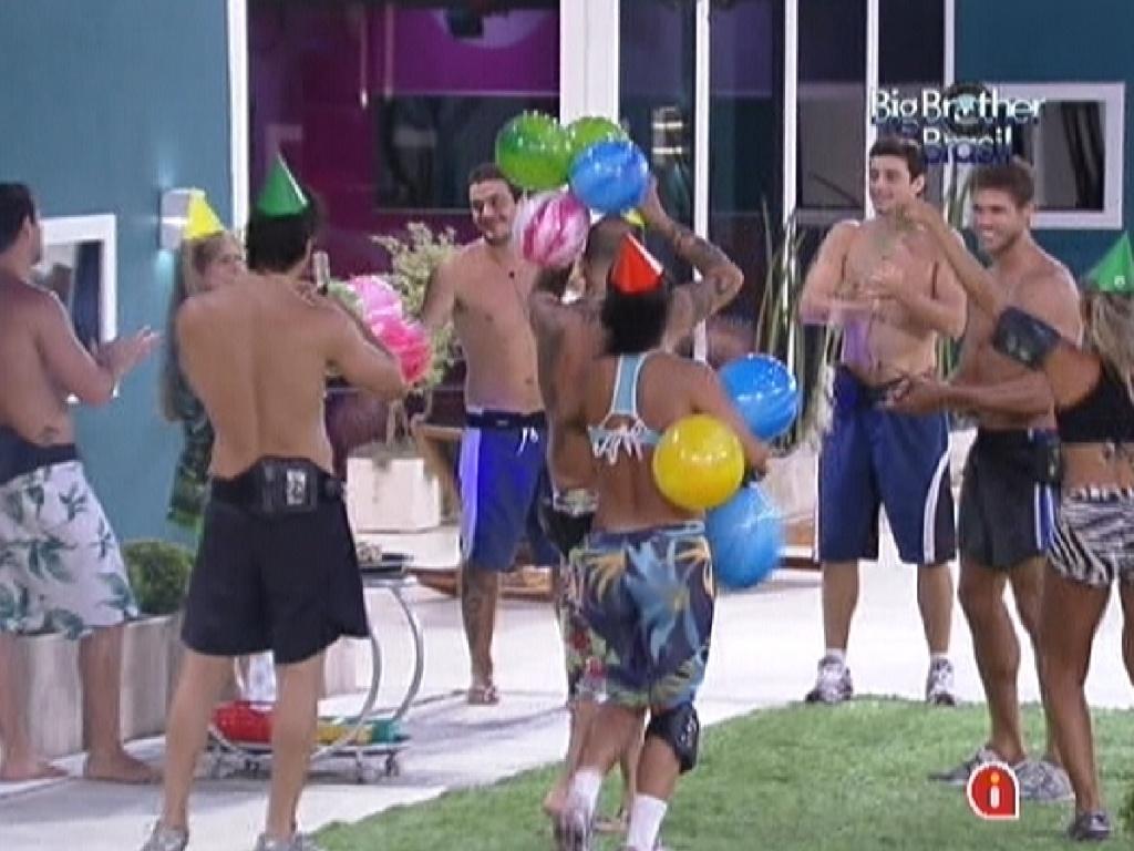 Brothers fazem festa surpresa e parabenizam Jonas (dir.) pelo seu aniversário (7/2/12)