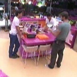 Fael, João Maurício e Jonas conversam enquanto limpam a cozinha (6/2/2012)