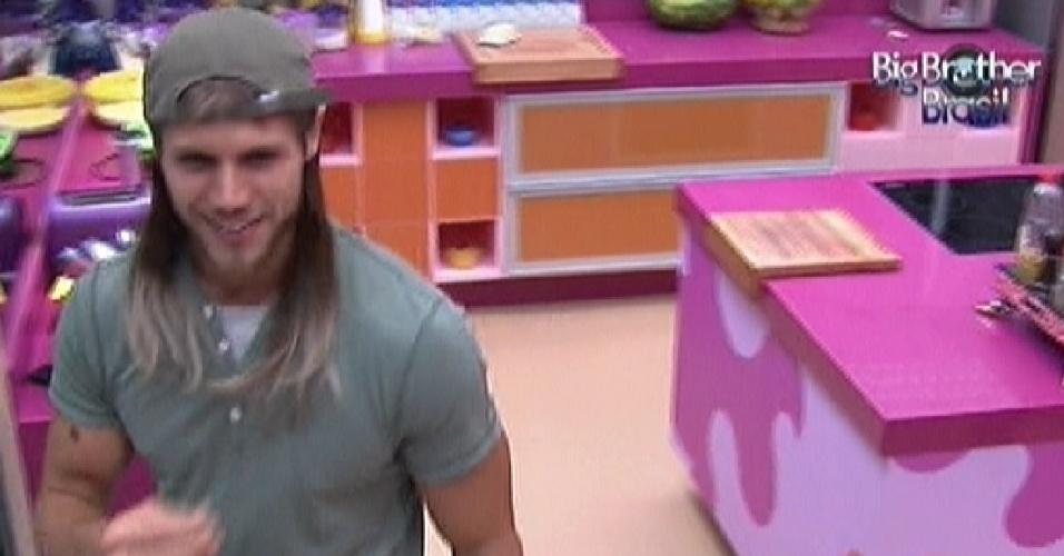 Jonas desfila pela casa com o aplique no cabelo (6/2/2012)