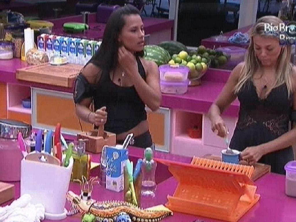Kelly e Fabiana ajudam na preparação do almoço (7/2/12)