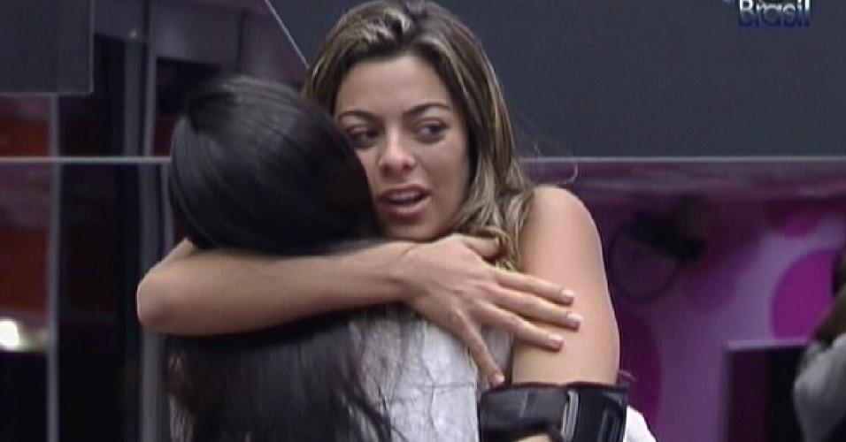 Monique abraça Kelly para desejar bom dia (7/2/12)