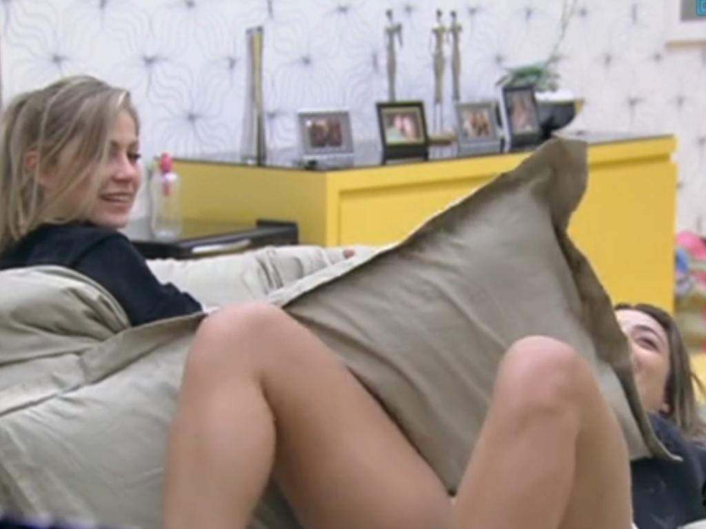 Monique (dir.) encena para Renata (esq.) a posição que encontrou Yuri e Laisa no quarto (7/2/12)