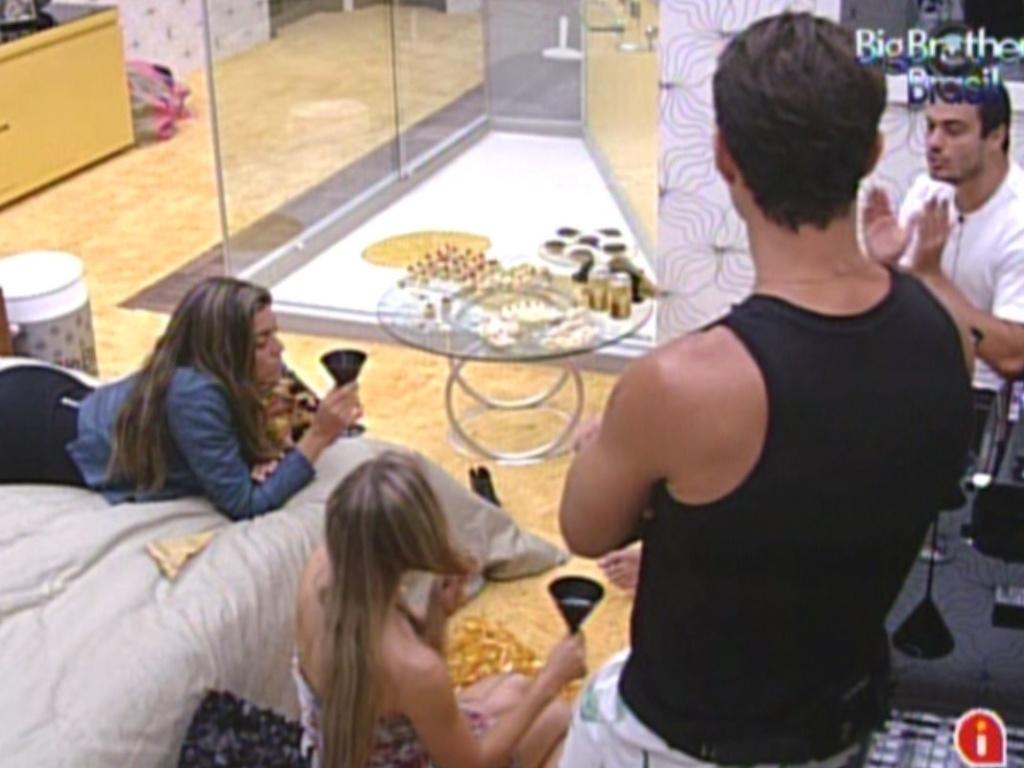 Monique, Renata, Ronaldo e Rafa degustam as comidinhas na noite do cinema do líder (6/2/2012)