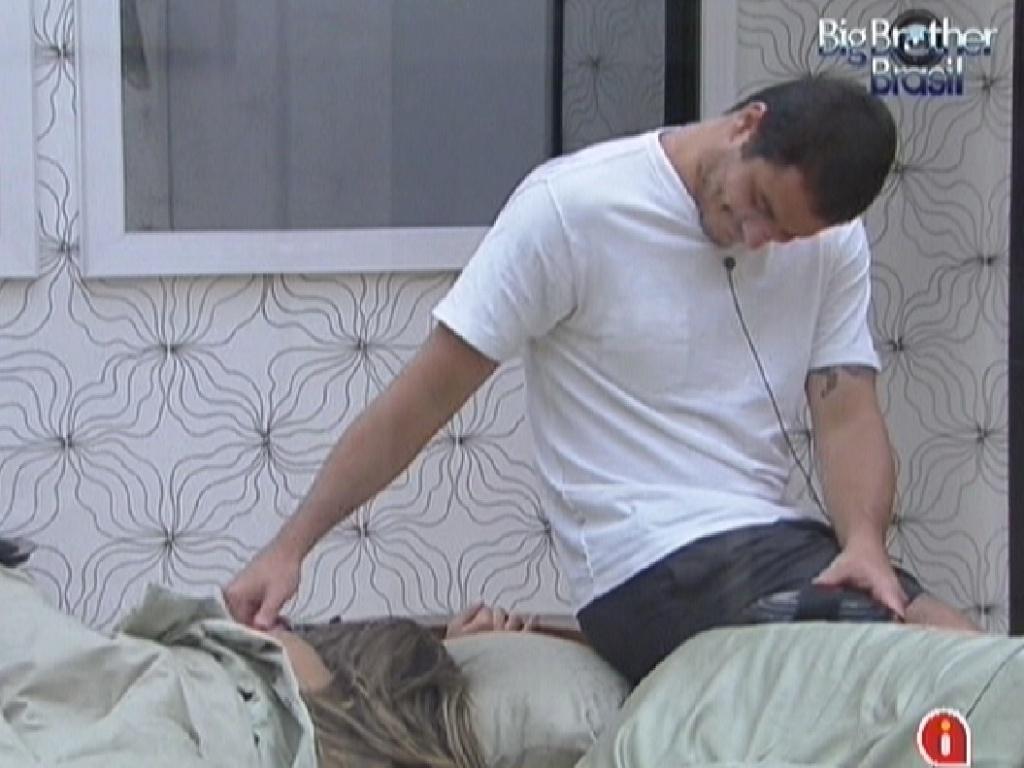 Rafa faz carinho em Monique que já está dormindo (6/2/2012)