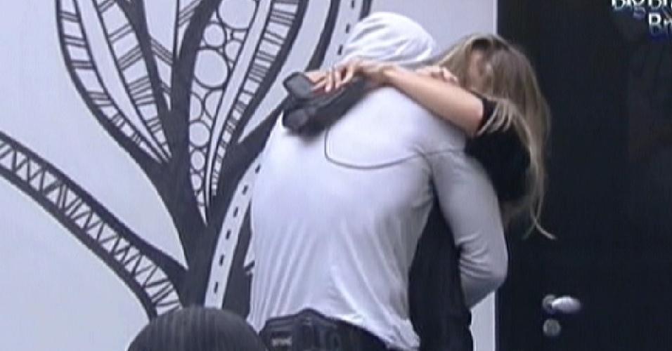 Renata abraça Ronaldo na sala (7/2/12)