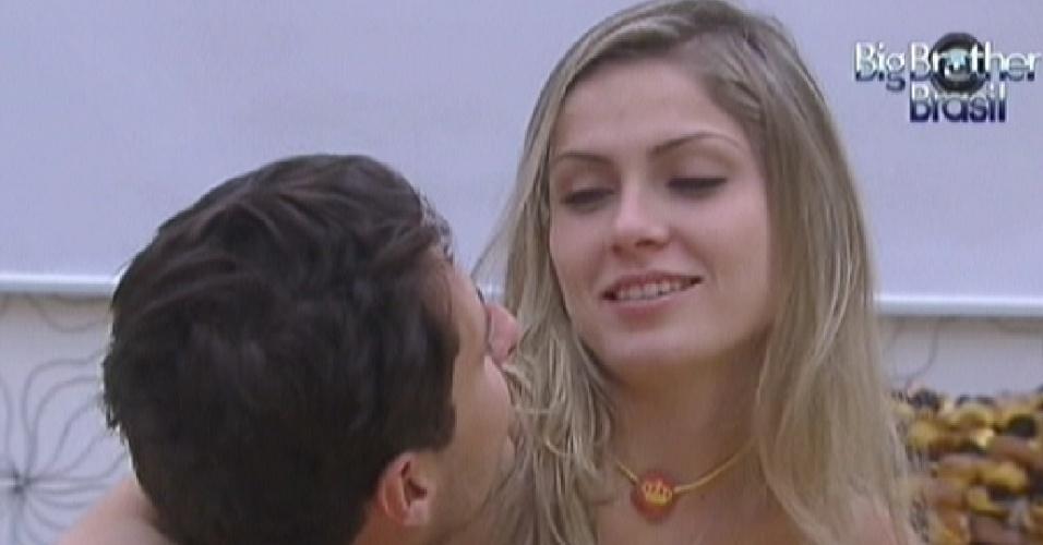 Ronaldo chama e Renata senta em seu colo no quarto do líder (6/2/2012)