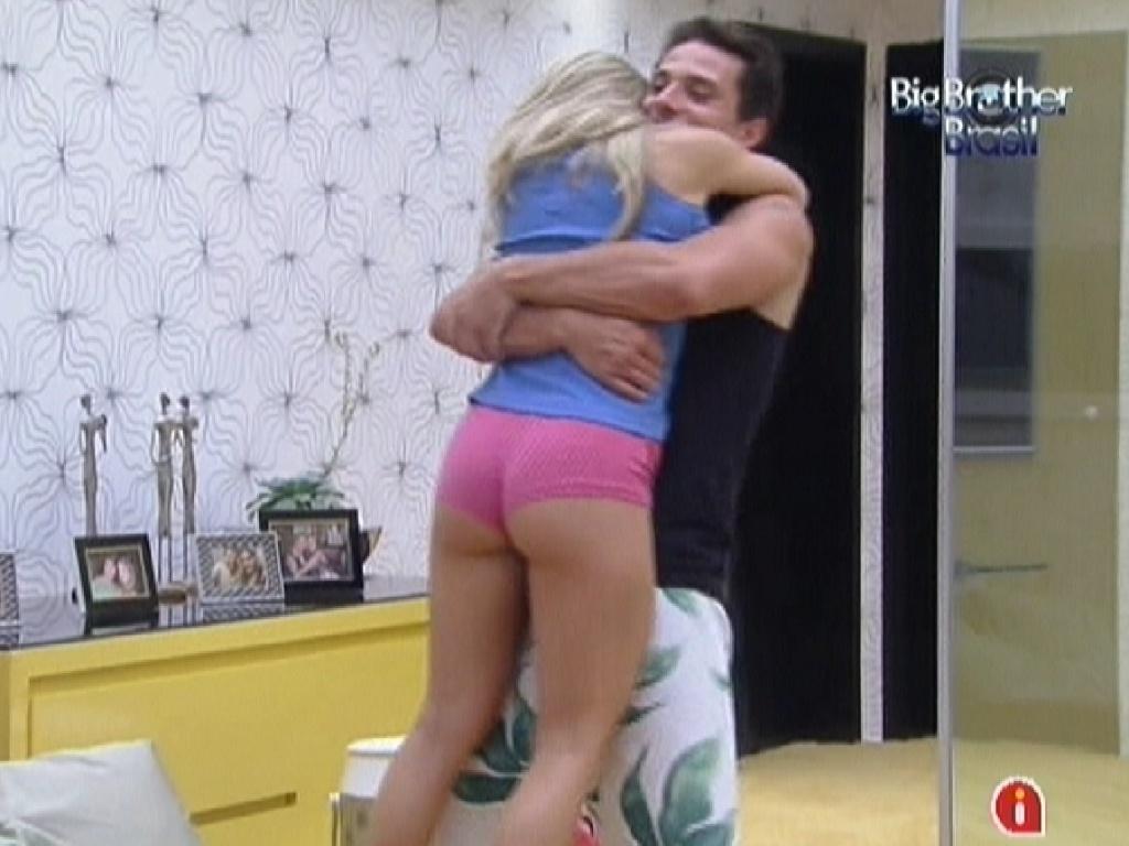 Ronaldo dá abraço de boa noite em Renata (6/2/2012)
