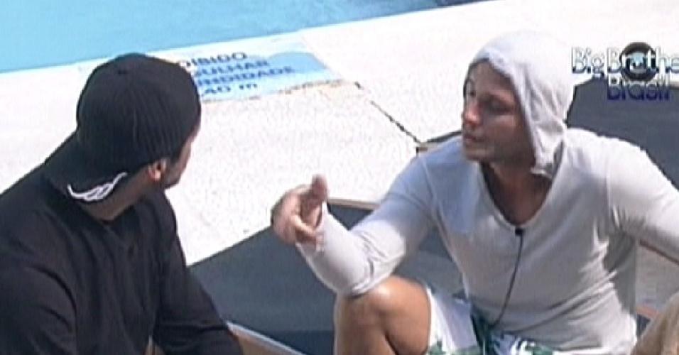 Ronaldo (dir) conversa com Yuri sobre votação e chama Fael de