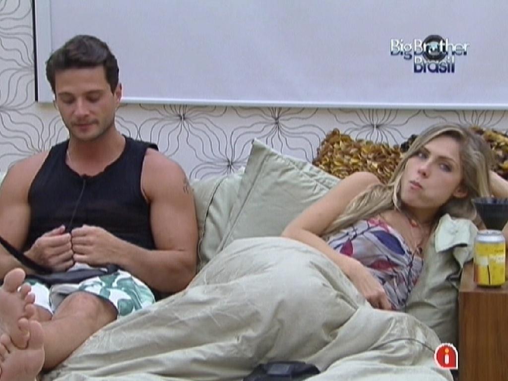 Ronaldo e Renata conversam no quarto do líder com Rafa e Monique (6/2/2012)