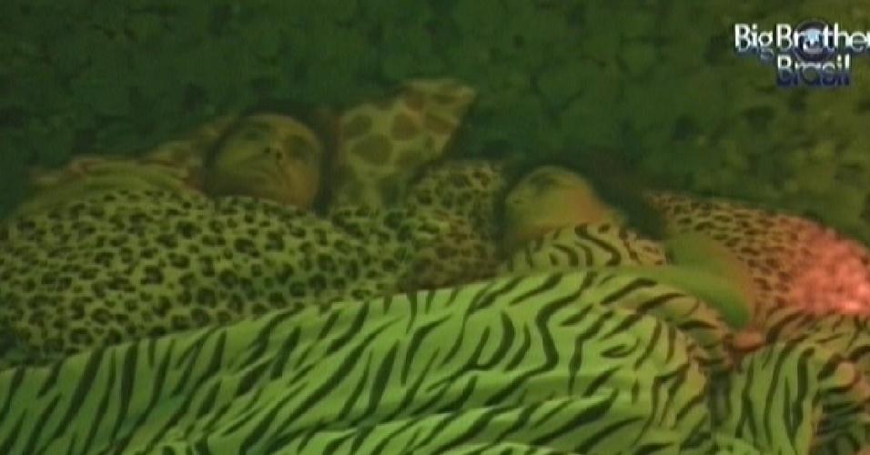 Yuri e Laisa conversam já deitados para dormir no quarto Selva (6/2/2012)