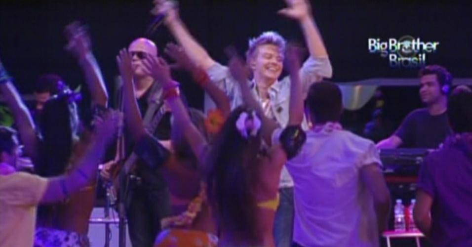 Brothers dançam com Michel Teló na festa Luau (8/2/12)