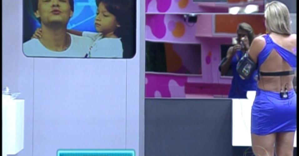 Fabiana chora ao ver mensagem do marido e do filho antes do resultado do paredão (7/2/12)