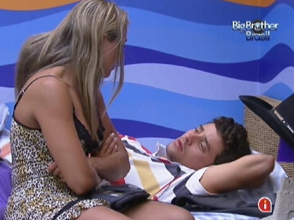 Fabiana e Fael conversam sobre o último paredão no quarto Praia (8/2/12)