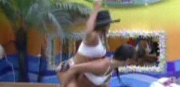 Fabiana usa o chapéu de Fael e monta em Kelly que corre imitando um cavalo pelo quarto (8/2/12)