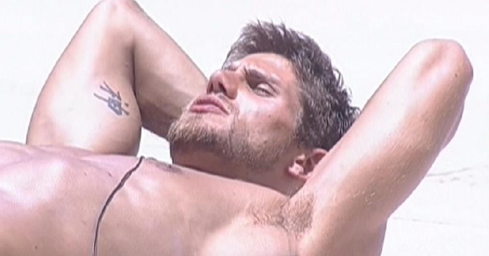 Jonas conversa com João Maurício sobre Laisa na beira da piscina (8/2/12)